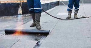 Plat dak reparatie met bitumen